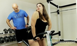 Workout stepmom's sexy moist twat in gym